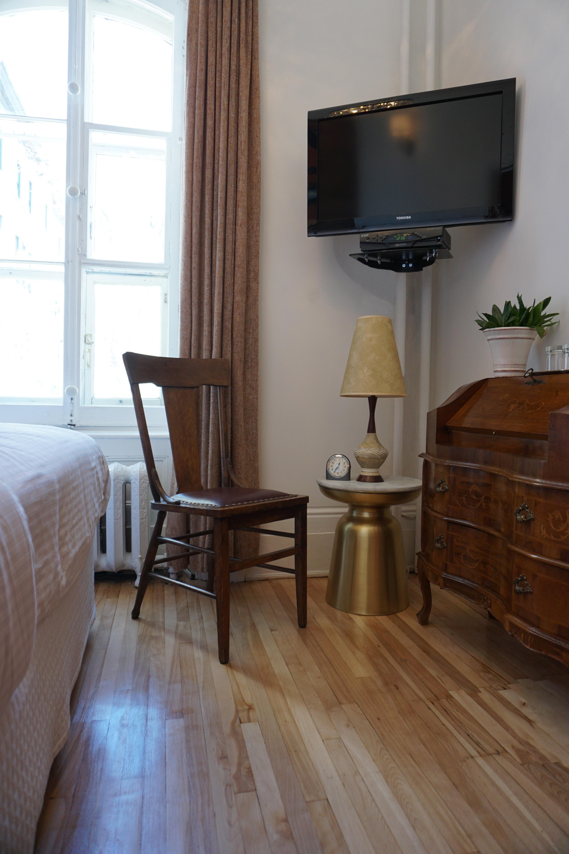 petite chambre conomique type de lit lit double salle de bain prive avec douche dans le couloir grandeur 72 pc 22m2 localisation 1er tage