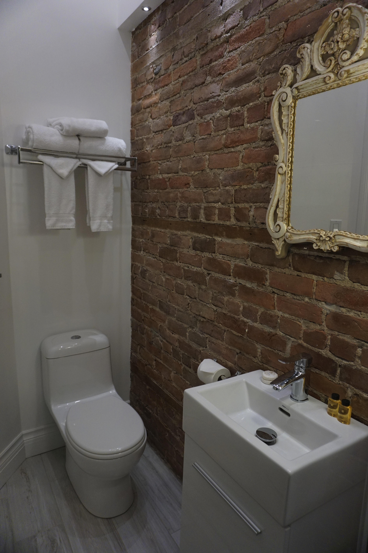 Petite chambre conomique avec salle de bain priv e dans for Petite salle de bain dans chambre